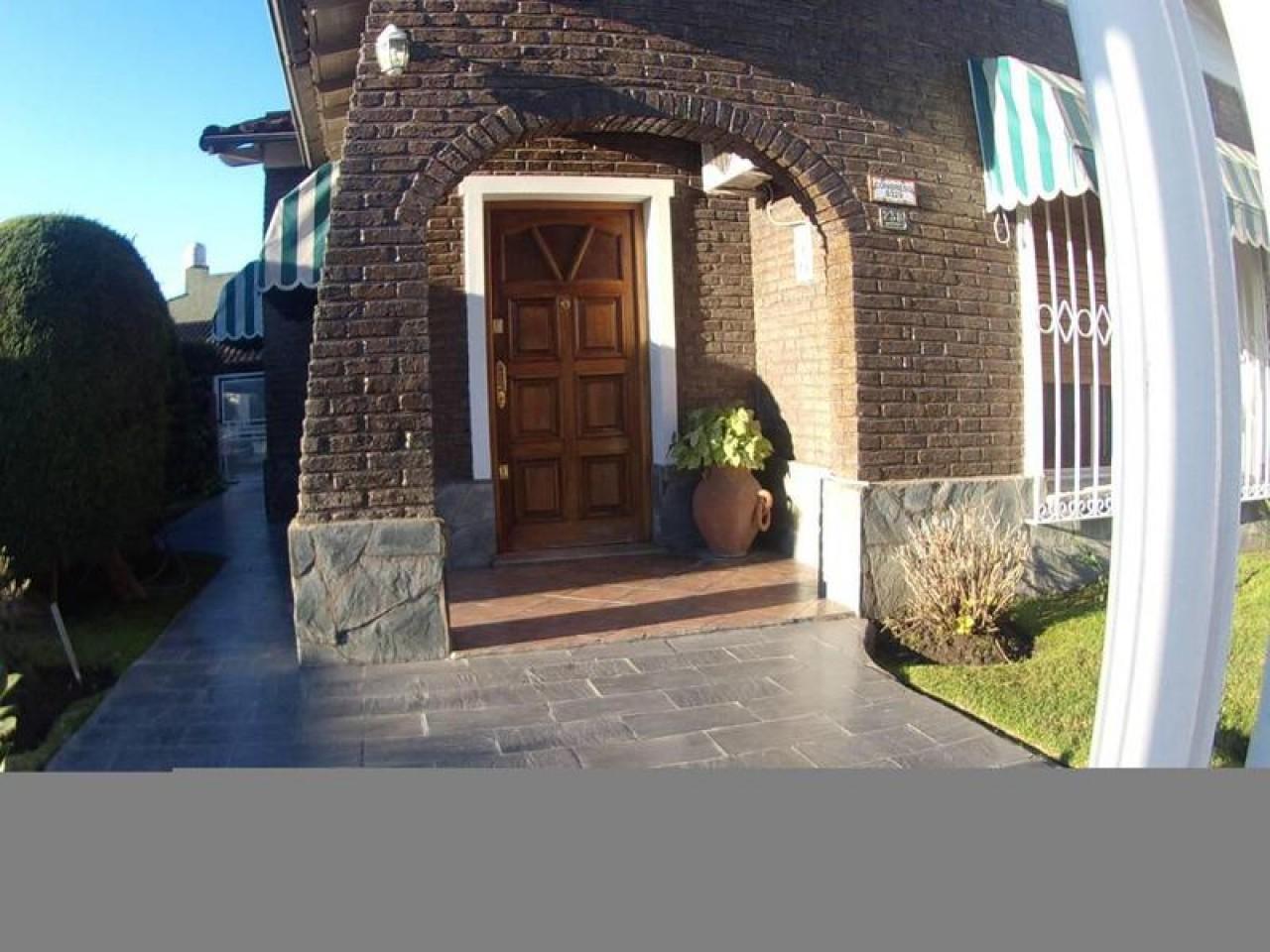 EXCELENTE CHALET 4 AMB. GARAGE PISCINA Y QCHO.-CONGRESO 8300-LOMA HERMOSA.